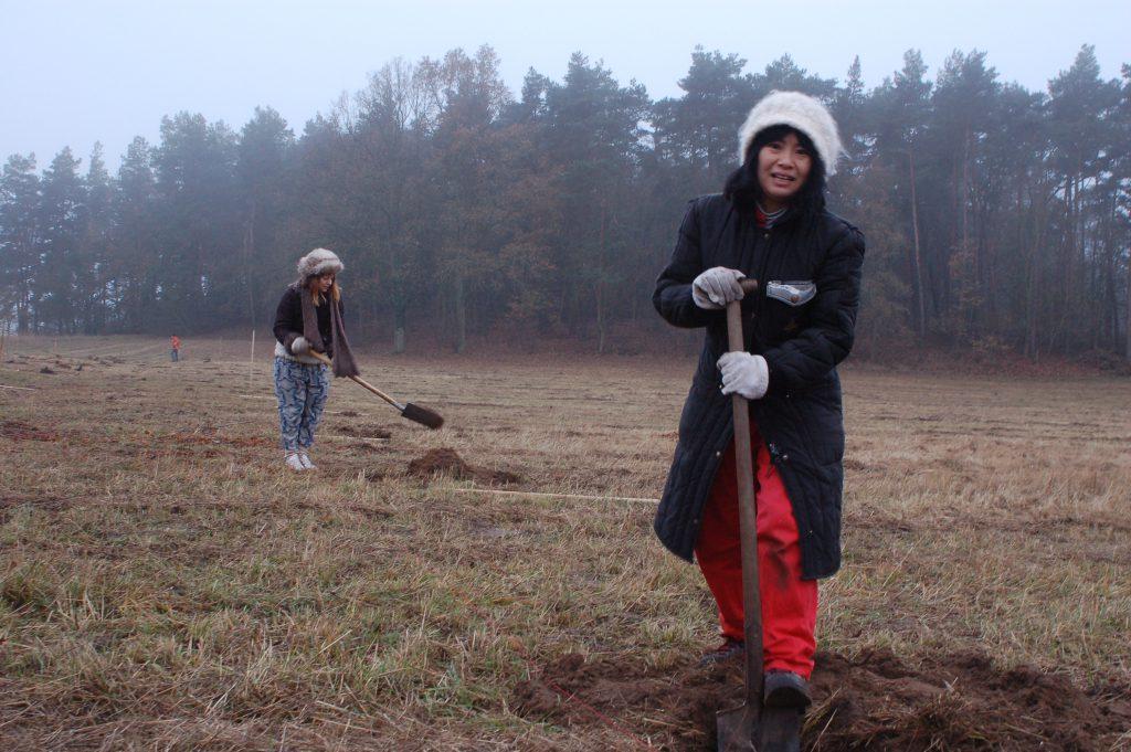 Ayumi Matsuzaka von Dycle gräbt Löcher für die Obstbäume