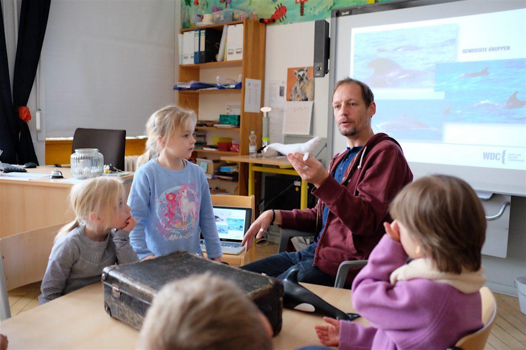 Meeresbiologe Fabian Ritter von der Whale and Dolphin Conservation in der KreativitätsGrundschule Friedrichshain