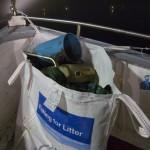 Am Bug sammelt der Fischer den Müll aus dem Meer in einem großen Sack. Foto: Anja Krieger