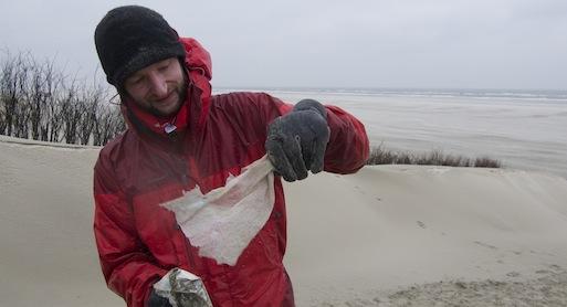 """Heiko Niewald bei der Aktion """"Saubere Insel"""" am Strand von Juist. Foto: Anja Krieger"""