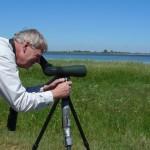 Vogelmaler Lars Jonsson mit Teleskop.